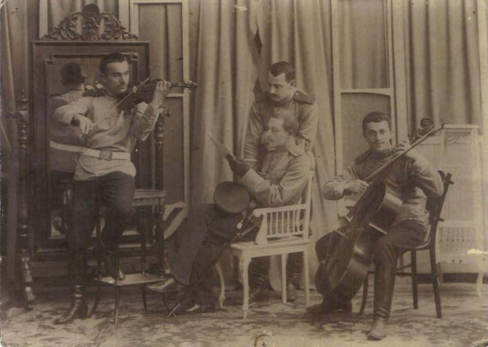 Joseph Cherniavsky, au violoncelle, en uniforme militaire, 1916-1917
